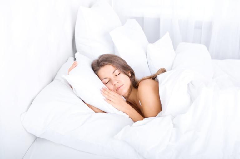 Почему нельзя спать на двух подушках: приметы и суеверия